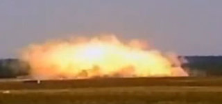 大型爆風爆弾爆発の瞬間